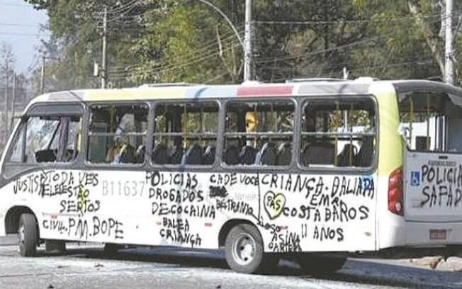 Traficantes destroem ônibus, prejudicando boa parte dos 220 mil moradores do Complexo do Chapadão