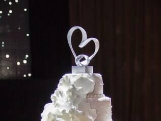 Tradição. Bolo de casamento, assim como o vestido de noiva, normalmente é branco para representar a  pureza da união