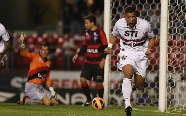 Zagueiro Antônio Carlos marcou duas vezes no triunfo do São Paulo contra o Vitória