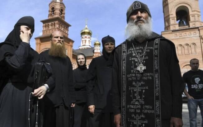 Padre Sergiy fala com jornalistas fora do mosteiro Sredneuralsk em junho