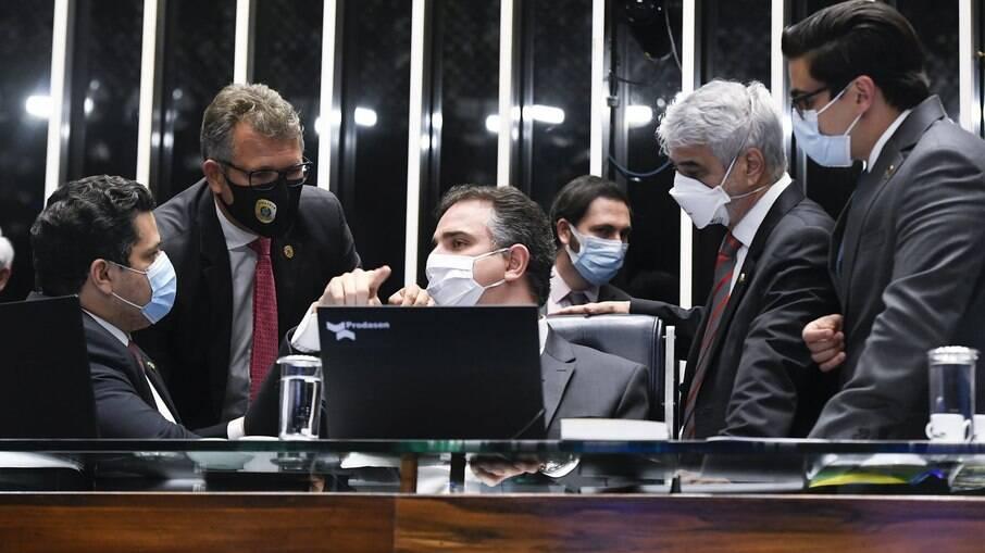 Presidente do Senado Rodrigo Pacheco em conversa com senadores