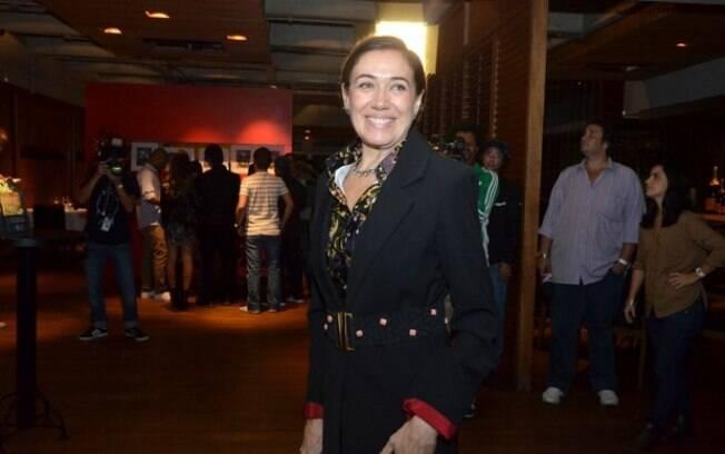 Lilia Cabral chegando ao evento, realizado em uma churrascaria do Rio