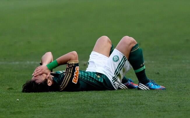 Valdivia deita no chão e não esconde  frustração com mais uma derrota do Palmeiras