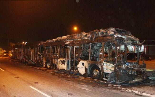 Ônibus foram queimados na região metropolitana de Fortaleza e polícia suspeita que violência seja ato de represália