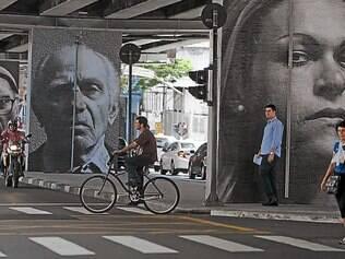 Imagem. Vista de alguns dos 20 retratos fotográficos do projeto Giganto realizado no viaduto Minhocão, em São Paulo