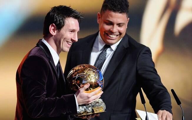 Messi recebe das mãos de Ronaldo o prêmio de  melhor do mundo da Fifa