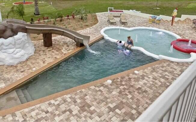 Para começar a lista de fotos de piscinas, a piscina em formato de sorvete conta com cereja e cobertura de chocolate