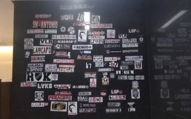 Torcedores colaram diversos adesivos do Colo-Colo nas paredes do banheiro da Arena Corinthians