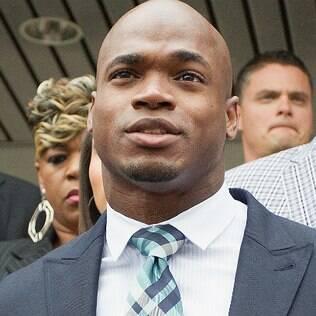 Um dos melhores jogadores da NFL, Adrian Peterson está afastado do esporte após ser acusado de agredir o filho