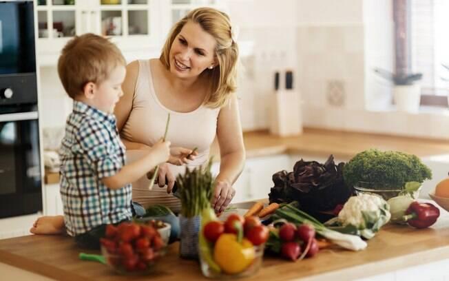 Para incentivar seu filho a comer frutas e verduras você pode preparar os alimentos com a ajuda dele.