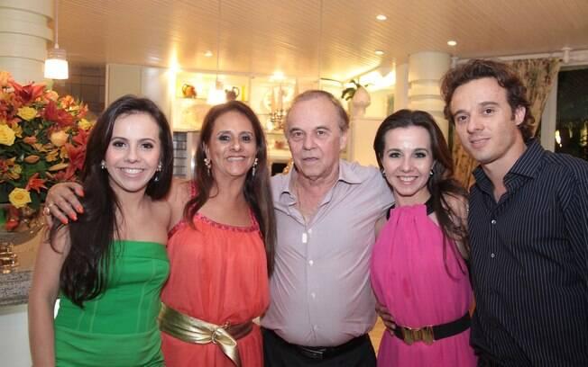 Evaldo Ulinski com a mulher, Nylcéia, e os filhos Francielle, Fernanda e Evaldo Jr.