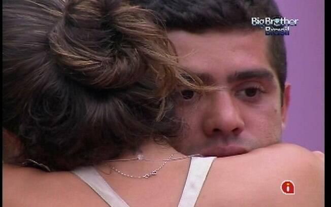 Laisa chora nos braços de Yuri
