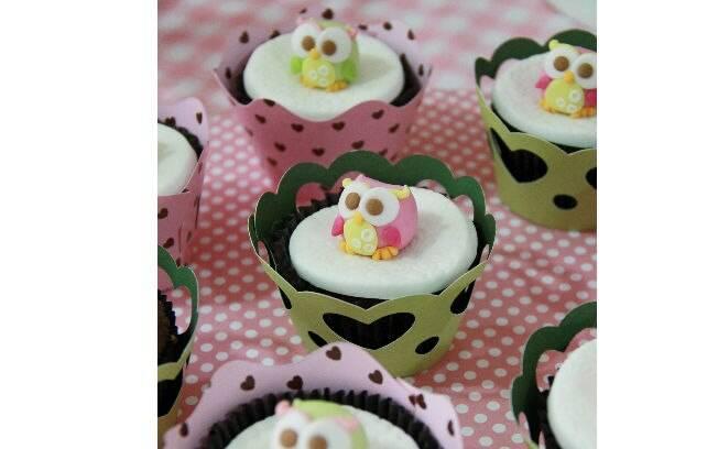 Os topos dos cupcakes ficam uma graça com corujinhas como enfeites. Quase dá dó de comer
