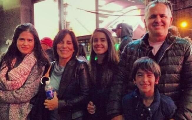Gloria Pires posa em ponto turístico de Nova York com a família