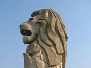 O Merlion, uma criatura mítica com a cabeça de leão e corpo de sereia, é a marca de Singapura