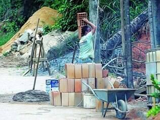 Privadas. Muitas obras particulares são tocadas com materiais doados e servidores da prefeitura