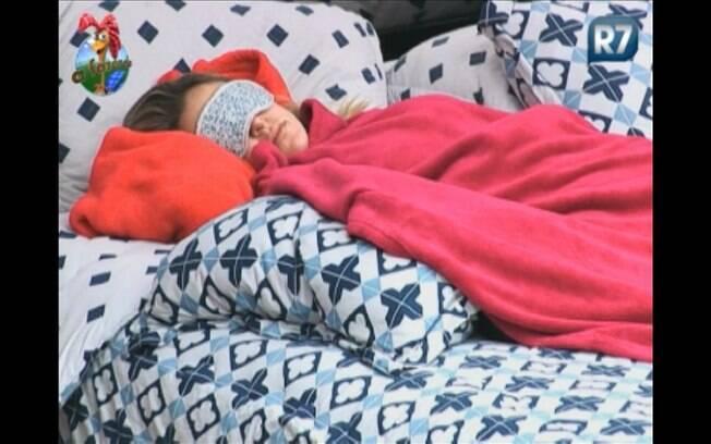 Joana se isola no quarto da Sede e volta a dormir
