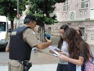 Alunos recebem panfletos e explicações de militares