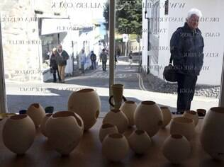 Série de potes na Wills Lane Gallery, em St. Ives, onde foi reaberto o histórico estúdio de cerâmica Leach Pottery