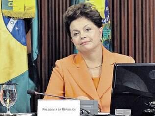 Em comício, Dilma ironiza quem 'muda de lado' e 'não aguenta Twitter'