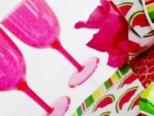 Taças descartáveis coloridas e utensílios de papel podem ser usados em festas informais