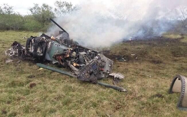 Avião ficou totalmente destruído após a queda