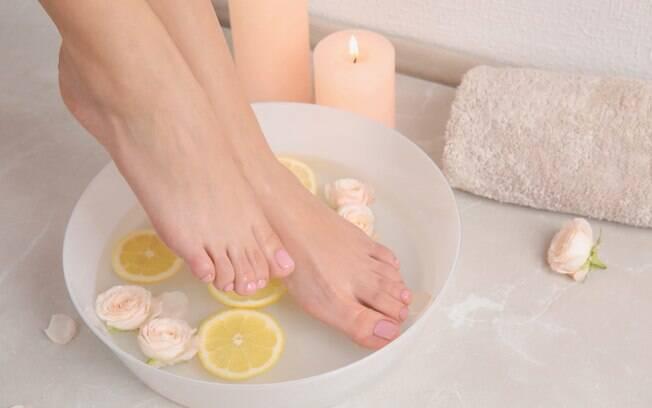Escalda pés, segundo especialista, ajuda a relaxar e aliviar as dores dos pés