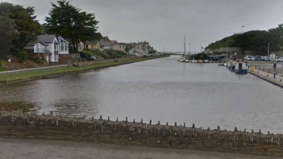 Canal em que homem entrou para salvar a filha fica no norte de Cornwall, na Inglaterra