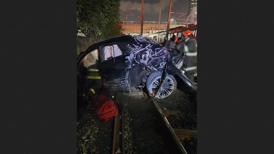 SP: Carro capota em ponte na Marginal Pinheiros e cai em trilho da CPTM