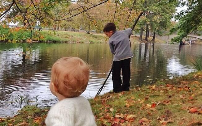 Gisele Bundchen posta fotos dos filhos, Benjamin e Vivian, brincando em um lago