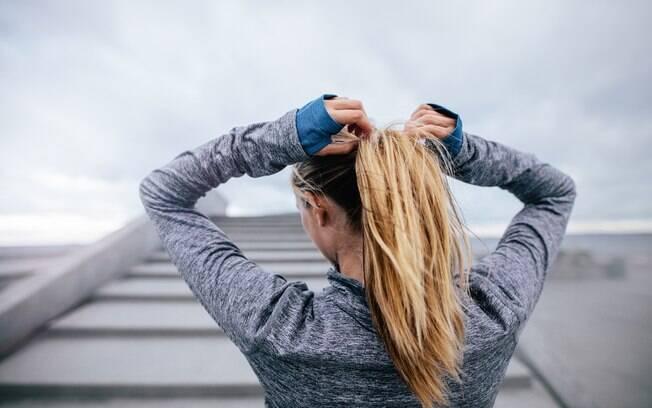 Cuidados básicos com o cabelo: a curto prazo, prender muito o cabelo pode quebrar os fios e enfraquecer o cabelo