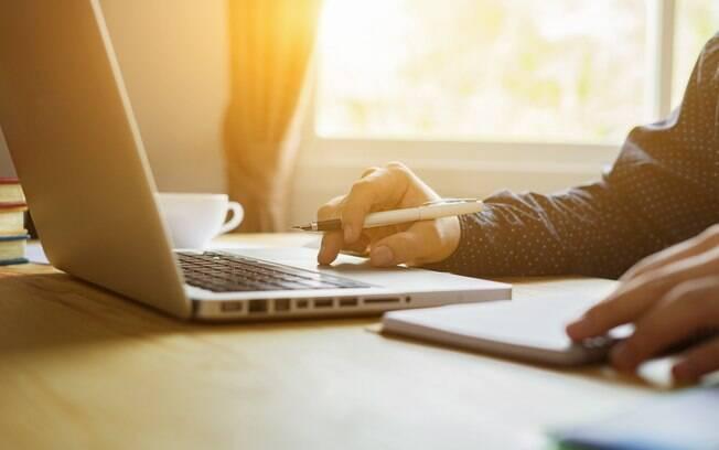 Direito do empregado : o uso de e-mail corporativo e dos dispositivos fornecidos pela própria empresa para o trabalho – o que inclui computadores, tablets e celulares – não existe expectativa de privacidade