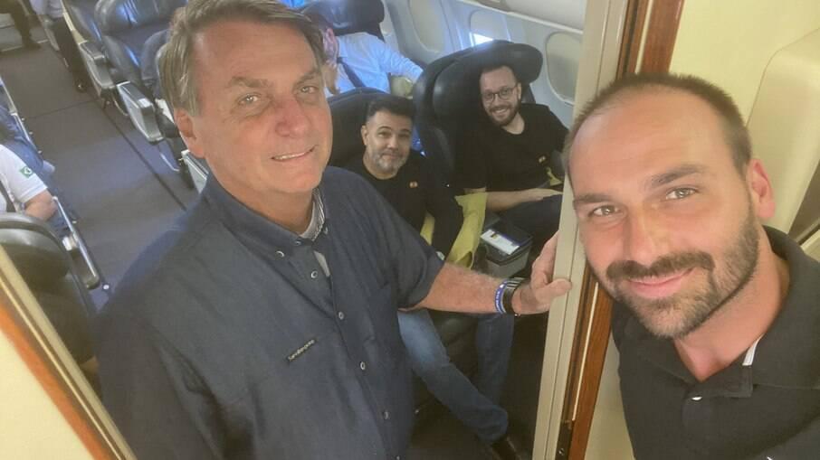 Jair e Eduardo Bolsonaro, Marco Feliciano e Filipe Barros a caminho de Quito, no Equador
