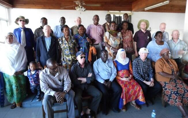 Encontro da TAS com funcionários dos governos de Dar e Salaam em região da Tanzânia (2013). Foto: Tanzania Albinism Society