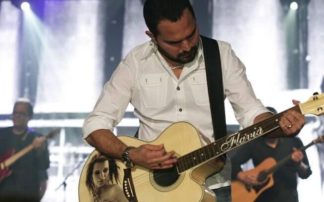 Luciano Camargo mostra mais um violão em homenagem à esposa