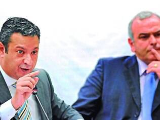 Manobra. Ricardo Izar aceitou pedido de adiamento, e Delgado (ao fundo) reclamou do protelamento