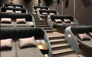 Quer ver um filme na Suíça? Sala de cinema substitui assentos por camas de casal