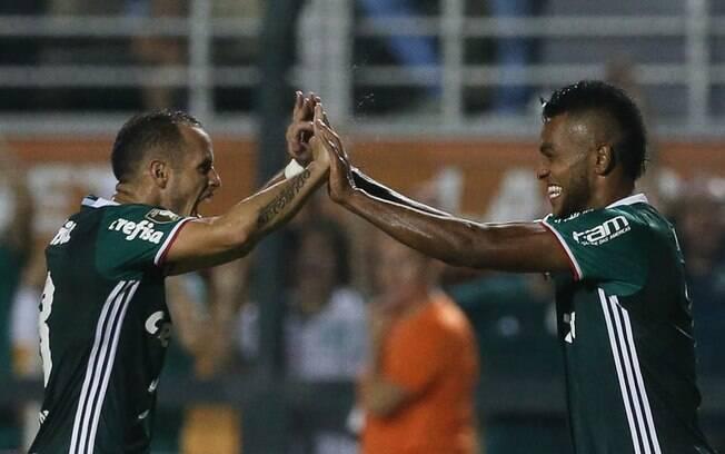 Alejandro Guerra e Miguel Borja comemoram vitória pela equipe do Palmeiras. Ambos venceram a Libertadores de 2016