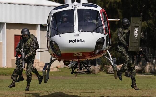Note que o desembarque é feito com a aeronave no ar para os Policiais do COE ganharem tempo