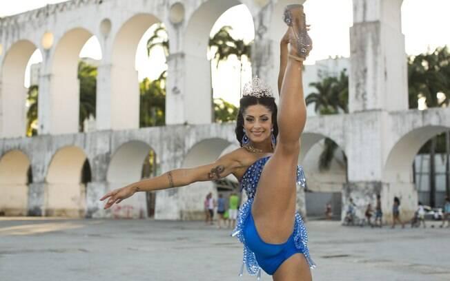Aline Riscado mostra elasticidade em ensaio de carnaval especial para o iG