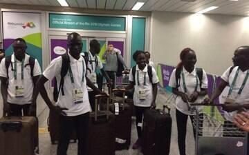Cinco atletas do time olímpico de refugiados chegam ao Rio de Janeiro