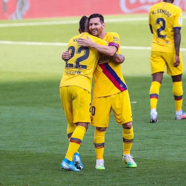 Messi e Vidal comemoram gol do Barcelona