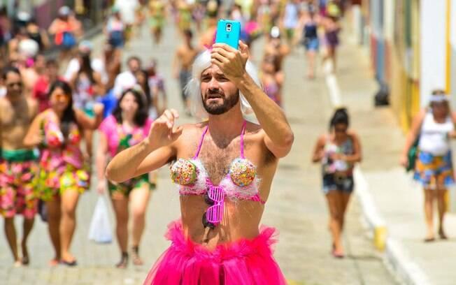 Folião brinca em rua de São Luiz do Paraitinga, cidade com carnaval tradicional de São Paulo