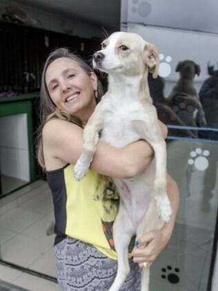 Paçoca foi resgatada junto com Mel e está pronta para adoção. Na imagem ela está no colo de Fátima, presidente da ONG que a resgatou