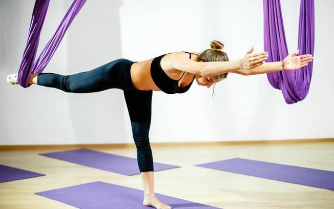 Com a ajuda do tecido, é possível aumentar ou até mesmo dificultar a execução das posturas da ioga tradicional