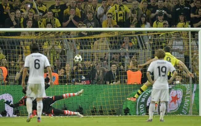 De pênalti, Lewandowski marcou seu quarto gol  no jogo e transformou a vitória do Dortmund em  goleada