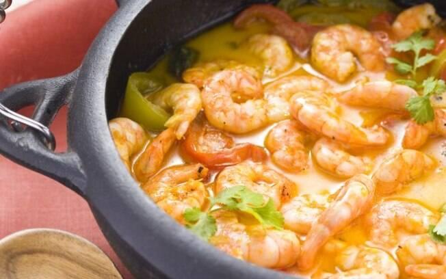 Temperada com coentro e cheiro verde, a moqueca de camarão é uma ótima escolha para o almoço de domingo