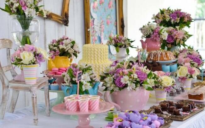 Flores na mesa do bolo