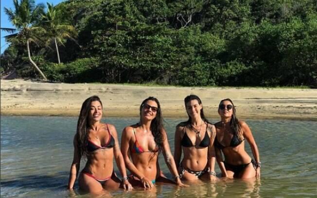 Aline Riscado curte despedida de solteira com as amigas na Bahia