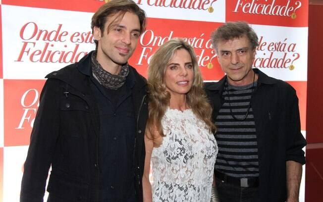 Bruna Lombardi cercada pelo marido Carlos Alberto Riccelli e pelo filho Kim Riccelli